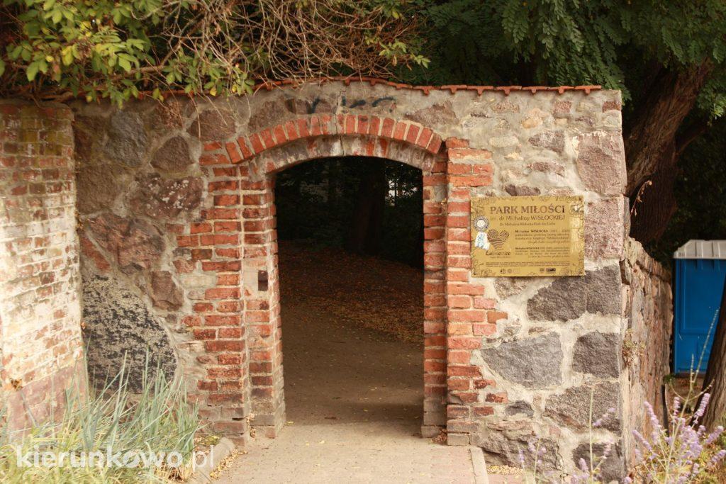 wejście do parku miłości lubniweice wisłocka