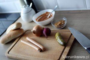 Hot-dogi z karmelizowaną cebulą
