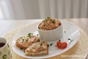 Twarożek z pomidorami i ogórkiem przepisy na pasty kanapkowe