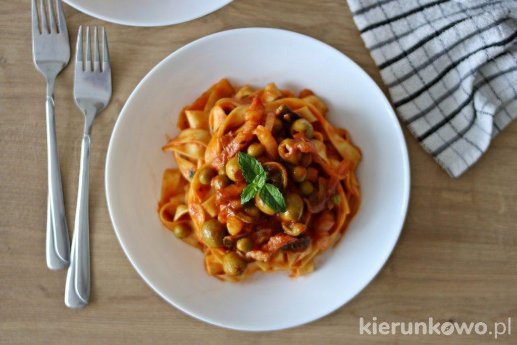 tagliatelle z sosem pomidorowym