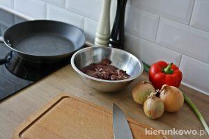 smazona wątróbka z papryką i cebulą